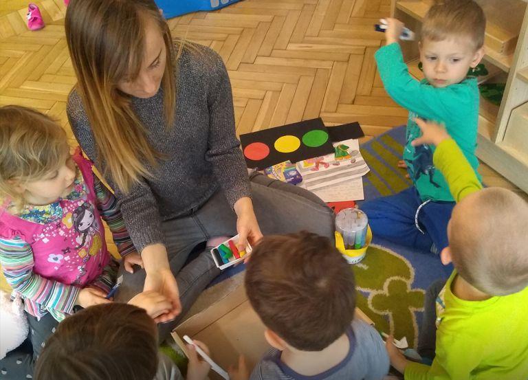 Dzieci wżłobku rysują