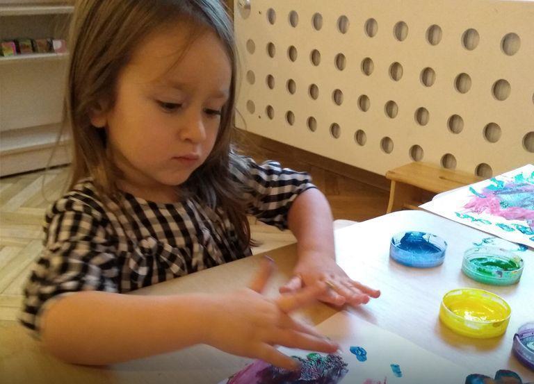 Dziecko maluje farbkami